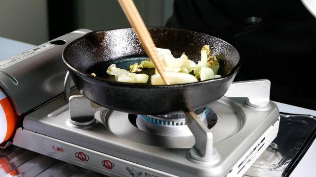 スキレットで野菜くずを入れる