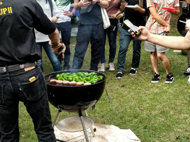 肉や野菜を焼く