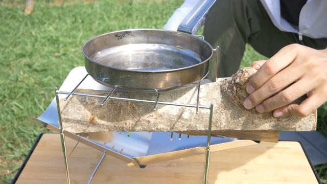 ピコグリル398は料理中に薪が補充できる