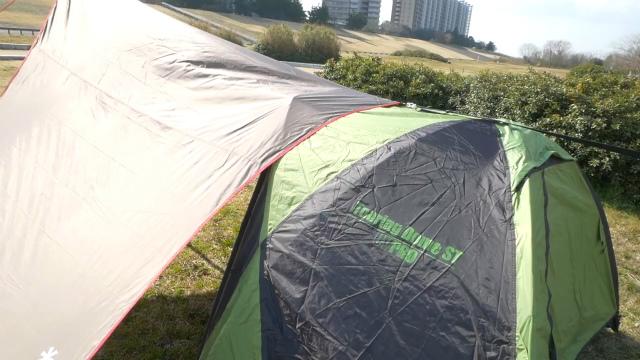 タープの下にテントを潜らせる