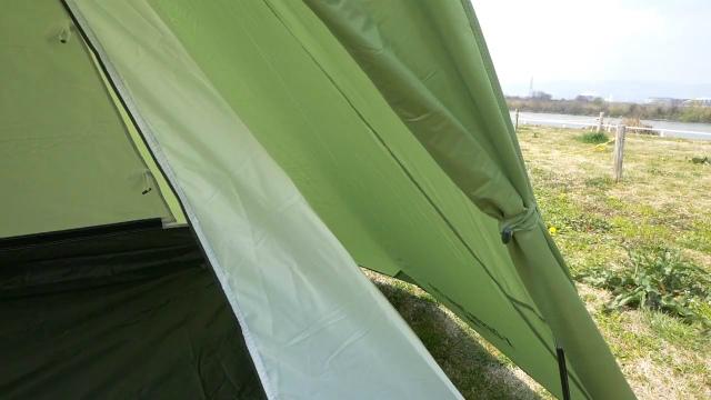 テントの間に隙間がある